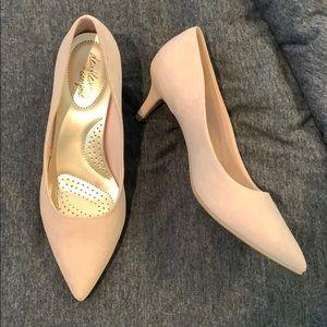 Shoes - Brand new light pink short heel